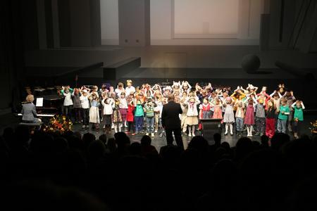 """Die Grundschüler der Jan-Amos-Comenius traten mit dem englischen Kinderlied """"Old McDonald had a Farm"""" auf die Bühne"""