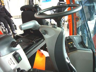 """Als weitere Innovation und Highlight findet der Fahrer an seinem Arbeitsplatz einen multifunktionalen Handbedienhebel für die Fahr- und Bremsfunktion. (siehe Erklärung """"Zusatzblatt"""")"""
