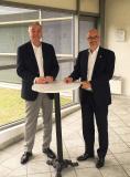 Bruno Blin und Loïc Bey-Rozet, der Generaldirektor von Indra Automobile Recycling, unterzeichnen die Absichtserklärung, die die Bedingungen der Kooperation festlegt.