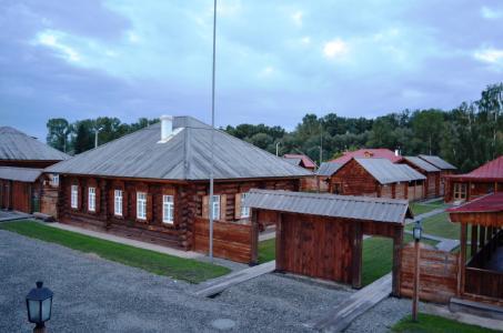 Siedlungsbau in Holz: Im Museumsdorf Susenskoe können Reisende übernachten, die das ehemalige Wohnhaus Lenins besichtigen wollen. (Foto: Achim Zielke)