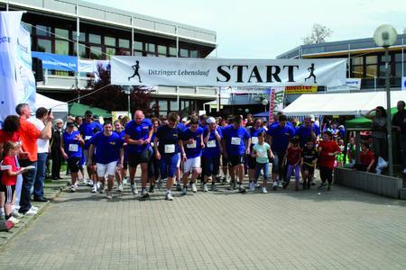 In diesem Jahr gingen 73 Mitarbeiterinnen und Mitarbeiter in mehreren Laufgruppen beim Ditzinger Lebenslauf für einen guten Zweck an den Start / Den Startschuss gibt der Lebenslauf-Moderator Günther Weiß (links)