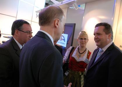 IHK-Vizepräsident Oliver Durst, Dr. Helmut Kessler und die Hohenloher Weinkönigin Jessica I im Gespräch mit Ministerpräsident Stefan Mappus