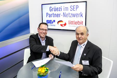 (v.l.n.r.) André Niederberger, CEO der Littlebit Technology AG und Georg Moosreiner, CEO der SEP AG, unterzeichneten am 17.3.2015 den Distributionsvertrag auf der CeBIT 2015 in Hannover