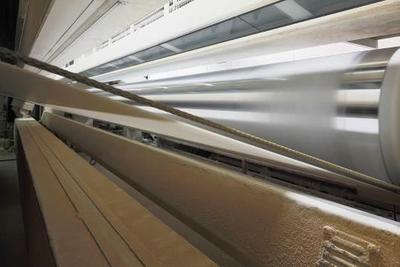 Jeder mm gestrichenes Papier wird zu 100% in-line von der Inspektionsanlage auf optimale Qualität geprüft, hier Inspektionsbalken an der Streichmaschine SM10 im Einsatz