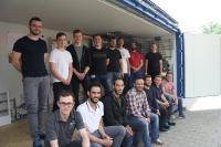 Auszubildende des SHK-Handwerks und Studenten des Studiengangs Energiesystemtechnik an der Hochschule Offenburg bauten einen Container zum Null-Energie-Raum aus (Foto: HWK FR)