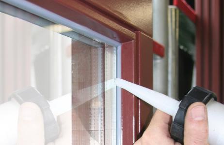 MultiSil von Remmers kommt vorwiegend im Holzfensterbau und bei der Glasversiegelung zum Einsatz / Bildquelle: Remmers, Löningen