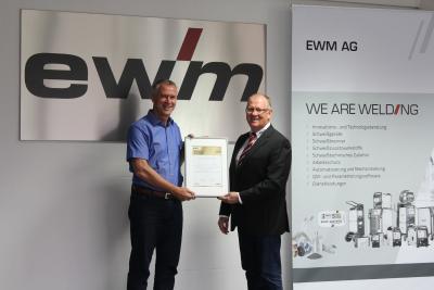 Uwe Kusserow, Geschäftsführer der DSL Schweißtechnik (links), erhält als erster Händler von EWM-Vertriebsvorstand Robert Stöckl die Auszeichnung als Premium-Partner / Foto: EWM AG