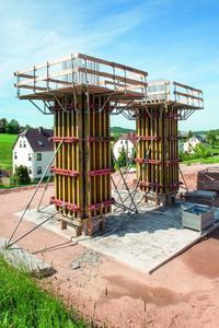 Der 25-cm-Breitenraster der NOEratio Trägerschalung erwies sich bei den filigranen Querschnitten der Pfeiler als besonderer Pluspunkt beim Bau der Brücke über den Leutersbach (Foto: NOE-Schaltechnik, Süssen)
