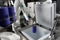 Automatisiert gesteuerte 6-Achs-Roboter transportieren Zellen und Materialien innerhalb der Anlagen. Mit den speziell geformten Greifern können Objekte verschiedener Formen und Größen bewegt werden. Foto: Fraunhofer IPT.
