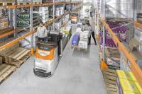 Die mit der smarten iGo neo Technologie ausgestatteten Horizontalkommissionierer OPX von STILL sind autonom agierende Assistenten und heben die Produktivität von Kommissionierern in Einsätzen mit einer hohen Pickdichte auf ein neues Level (Foto: STILL GmbH)