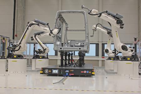 Messen in großen Dimensionen: Mit Robotern automatisiert, werden komplette Karosserien des VW Crafter optisch gemessen – in rekordverdächtiger Zeit von gut zwei Stunden
