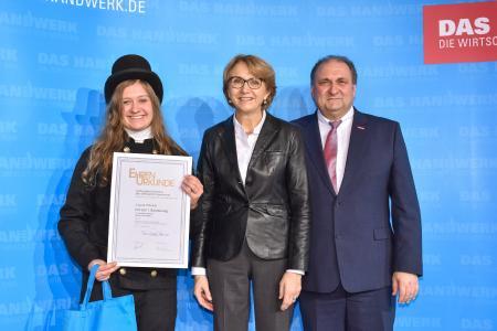 Anne-Marie Descôtes, französische Botschafterin in Deutschland und ZDH-Präsident Hans Peter Wollseifer gratulierten der 1. Bundessiegerin im Schornsteinfeger-Handwerk Laura Heckel / Foto: ZDH