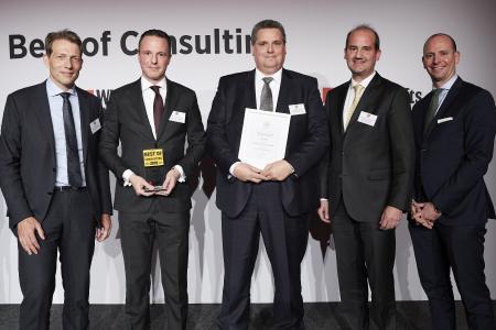 Dr. Torsten Latz, Dr. Bernhard Höveler, Gerald Saremba, Prof. Dr. Matthias Lütke Entrup und Florian Holzmann (v.l.n.r.) auf der Preisverleihung   / © Frank Beer für WirtschaftsWoche
