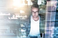Moderne Lagerverwaltungssoftware stellt sich auf den Spitzenbedarf ein und unterstützt das Sparpotential zur Reduktion der Aufwände für die Erledigung von Aufträgen / © Cecilie_Arcurs via Getty Images