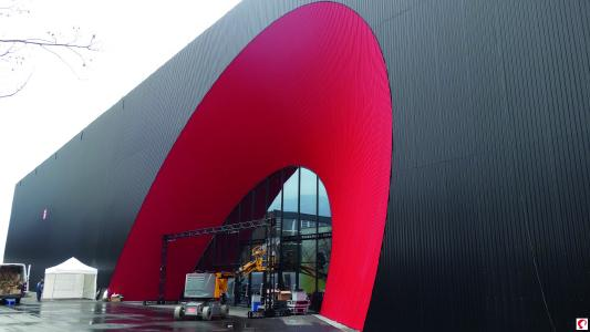 Das Eingangsportal als kontrastreicher Blickfang (Bildnachweis: Messe Dornbirn GmbH)