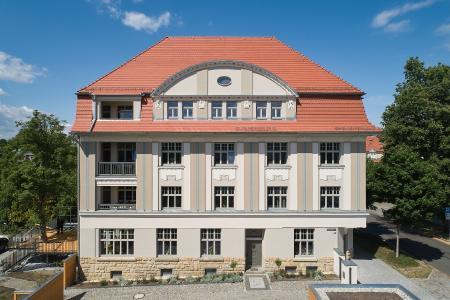 Mehr als hundert Jahre alt ist die Jugendstilvilla in Radeberg: 1913 erbaut, diente sie lange Jahre als Wohnhaus für mehrere Parteien. Im Erdgeschoss waren ein Tabak- und ein Schokoladengeschäft untergebracht. Foto: Caparol Farben Lacke Bautenschutz/Gunter Binsack