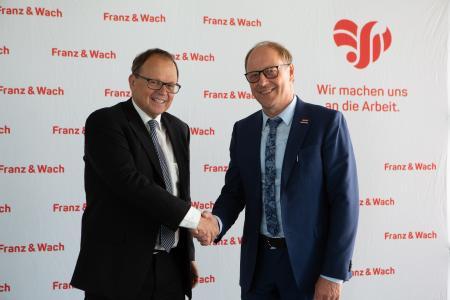 Dr. Hans-Joachim Hauser, Leiter der Abt. Mittelstand im Wirtschaftsministerium Baden-Württemberg und Gerhard Wach, Gründer der Franz & Wach Personalservice GmbH (rechts)