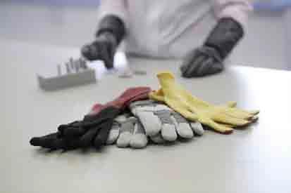 Auch Schutzhandschuhe sind wertvoller Bestandteil Persönlicher Schutzausrüstung,  ©Hohenstein Institute