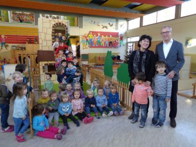 Herr Dr. Manfred Münch, Geschäftsführer der August Steinmeyer GmbH und Kita-Leiterin Frau Heidi Pokorny mit einigen Kindern bei der Spendenübergabe in der Kita LEO in  Albstadt-Truchtelfingen