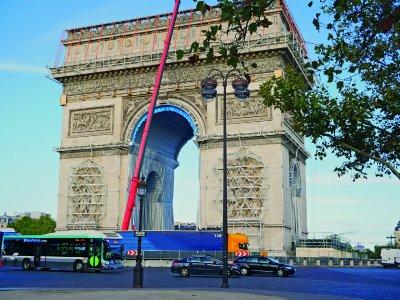 Arc de Triomphe vor der Verhüllung, aber schon eingerüstet. Deutlich zu sehen: Die 100mm breiten orangen Zurrgurte von Dolezych