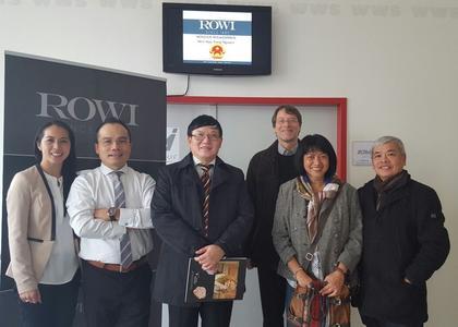 Der Botschafter der Vietnamesischen Handelsabteilung Berlin Nguyen Huu Trang (mitte) bei der Besichtigung der Manufaktur ROWI (von links: Kathleen Pham (ROWI), Nguyen Trong Luat (GF ROWI), Botschafter Nguyen Huu Trang, Burkhard Buss (Oekomineral AG), Thanh Huong Tu (Vizepräsidentin Oekomineral AG), Ngoc Ky Pham (Unternehmerverband der Vietnamesen in Deutschland e.V.))