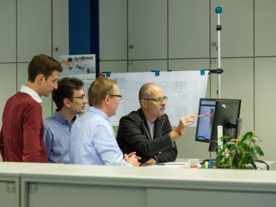 Autodesk_Das Team von Claudius Peters prüft gemeinsam mit einem Autodesk-Mitarbeiter das Design der Komponente. ©Claudius Peters