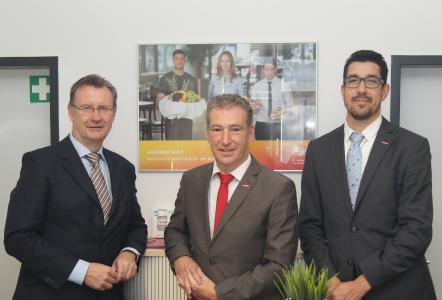Dr. Katzek (SPD, li.) im Gespräch mit Dr. Eisenbeiß (Mitte) und Martin Seeber vom Personaldienstleister Franz & Wach