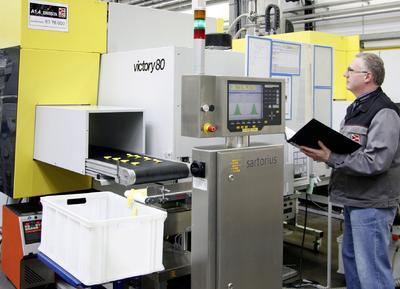Die vom Handlingsystem direkt aus der Spritzgießmaschine beschickte Waage schleust Gutteile in den linken Behälter und zählt sie, um die Lösgrößenvorgaben exakt einhalten zu können. Ausschuss beim Anfahren oder während der Produktion gelangt in den rechten Behälter (Quelle: LKH Kunststoffwerk Heiligenroth GmbH & Co. KG)