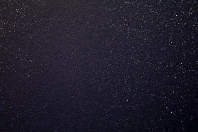 Farbiges Licht bringt die Wände der Silverball-Lounge zum Funkeln. Diese Glitzer-Wirkung verdanken sie Effektpigmenten (Capadecor Diamonds Silber von Caparol), die bei der Schlussbeschichtung gleichmäßig mit dem Nespri-Gerät auf alle Flächen aufgebracht wurden / Foto: Caparol Farben Lacke Bautenschutz/Andreas Wiese