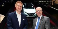 Frank Meyer, Leiter Innovation & B2C-Solutions bei E.ON (links), und Paul Willcox, Europachef von Nissan, unterzeichneten die strategische Partnerschaft auf dem Genfer Autosalon
