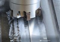 Dank der neuen Fräseraufsteckdorne mit Schwingungsdämpfung werden deutlich bessere Oberflächengüten bei der Bearbeitung erreicht. Zum Vergleich: Die linken Fräsbahnen wurden ohne, die rechte mit Schwingungsdämpfung bearbeitet.