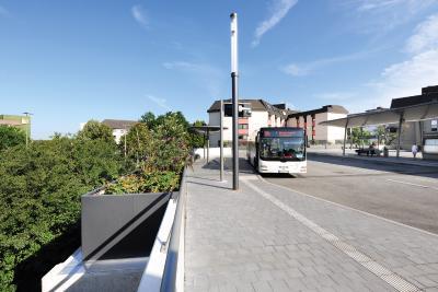 Seitlich begrenzen die Pflanzsysteme aus dem Hause Brink den hochgelegenen Busbahnhof und sichern so die Fußgänger vor drohendem Absturz.