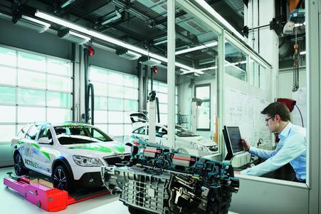 Das Schaeffler-Konzeptfahrzeug ACTIVeDRIVE dient nicht nur der öffentlich-keitswirksamen Darstellung der Kompetenzen im Bereich Elektromobilität, sondern es ist vorrangig ein mobiles Labor, mit dem Komponenten für Hybridfahrzeuge und reine Elektroantriebe entwickelt und getestet werden