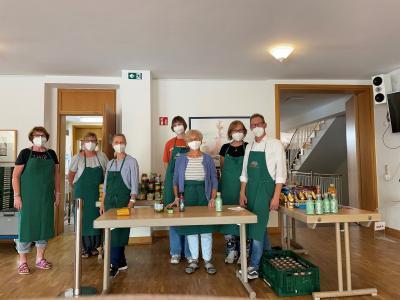 SKZ-Mitarbeiter Jochen Wissgott zusammen mit dem Tafel-Team in Heidingsfeld