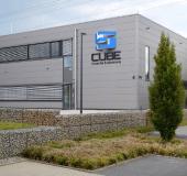 """Das """"Cube – Forum für Evakuierung"""" ist ein zweistöckigen Büro- und Präsentationsgebäude mit umfangreicher sicherheitstechnischer Ausstattung, in dem durch die Simulation von Rauch und Brand verschiedene Evakuierungsszenarien realitätsnah dargestellt und aktiv erlebt werden können."""