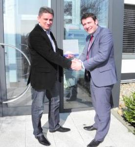 The partnership is sealed – Rainer Helm, Managing Director of D&K Deutschland and Dominik Di Leo, Area Sales Manager at LEGIC Identsystems Ltd.