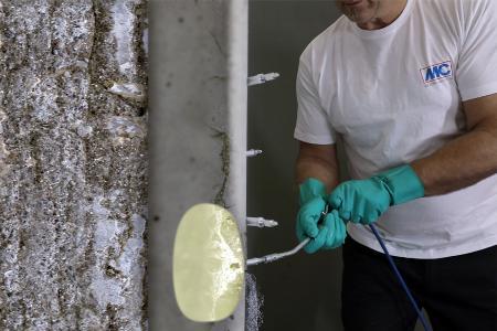Die Bildillustration veranschaulicht, wie MC-Injekt 2133 angewandt wird und wie es Wassereinbrüche in Bauteilen stoppt