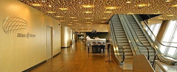 Die Business-Lounge in der Allianz Arena besticht durch ihre goldene Wandbeschichtung mit Metallocryl.