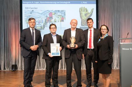 "The highly dynamic pouch sorter system by SSI Schaefer received the desired ""handling award 2018"" in the category ""Warehousing, order picking and intralogistics"". (Image: M. Hauptmannl/handling/WEKA BUSINESS MEDIEN)"