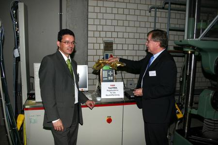 •	Dr. Eckart Hengsberger (Managing Director, Toni Technik) and Prof. Wolfgang Breit (Head of MPA) at the dedication of the new testing machine.