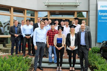 Von der Remmers-Geschäftsführung gratulierten Dirk Sieverding und Ingo Fuchs den frischgebackenen Produktionsfachkräften Chemie / Bildquelle: Remmers, Löningen