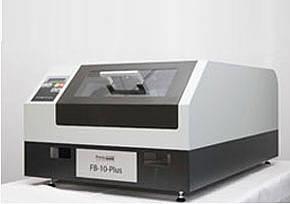 Das System FB-10-plus stellt die aktuellste Eigenentwicklung von PrintoLUX® dar und basiert auf einer völlig neuen Konzeption. Anstelle des Auflagentischs bewegt sich das Druckwerk.