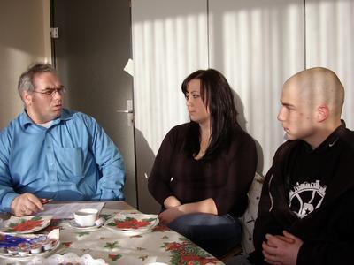 HwK-Ausbildungsberater Michael Junglas im Gespräch mit Inna  Werakso und Jan Wilbertz. Die Jugendlichen können sich über ein erneutes Ausbildungsangebot freuen. Dies ist ein besonderes Weihnachtsgeschenk!