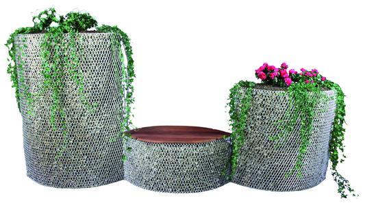 Durch den Einsatz von Substratmatten aus hydophiler (wasseraufnehmend) Mineralwolle ist es möglich, die Gabione von oben mit Sedumarten, Kleingehölzen oder Blumen zu bepflanzen