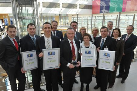 Die Top-5-Betriebe freuen sich zusammen mit Sponsoren- und Redaktionsvertretern über ihren Erfolg beim diesjährigen »Gebrauchtwagen Award«.