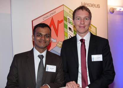 Den Richard-Küch-Preis für beste Kooperation bekommen Bikash Agarwal und Florian Richardt von Heraeus Metal Management für ein innovatives Konzept zur Edelmetallpreissicherung / (Quelle: Heraeus)