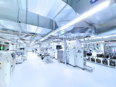 Auf der Eröffnungsfeier der Swissbit-Hightechfabrik am 4. Dezember konnten die Gäste bei einem Rundgang Eindrücke von den modernen Fertigungstechnologien gewinnen (Bildquelle: Swissbit)