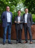 """Bruno Müller, Geschäftsführer Projekte & Services bei Contec-X (Mitte), hat den """"CA Growth Partner of the Year 2016""""-Award von Mark Sturzenegger, Director Partner Management bei CA (links) und Roy Borden, Vice President bei CA (rechts) entgegengenommen (Bildquelle: Contec-X)"""
