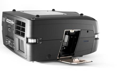 Der neue 3D-Projektor F85 von projectiondesign mit geöffneter Lampenklappe