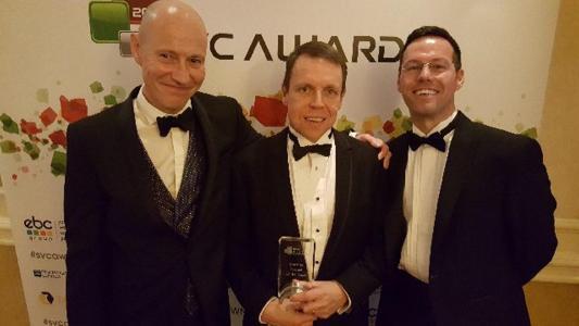 Brett Denly, Neil Crispin und Lee Widdowson (alle DataCore) nehmen den SVC Award bei der Preisverleihung in London am 23. November entgegen (Quelle: DataCore)